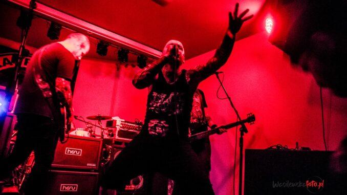 Maciek Czerwiński i zespół Zdziry, podczas koncertu w płockim klubie Rock'69 (lipiec 2021), fot. Małgorzata Wasilewska